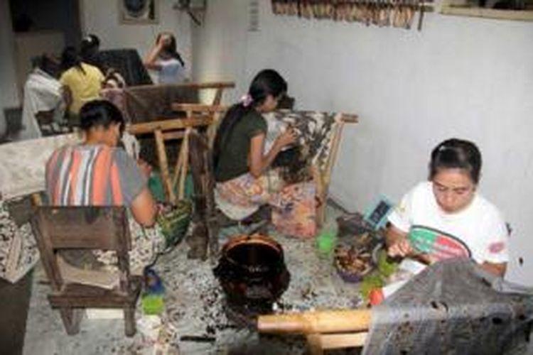 Perajin batik Cirebon.