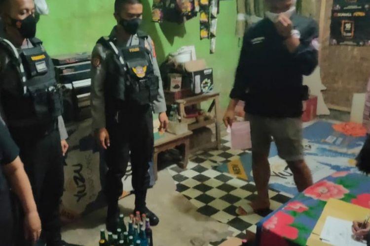 Petugas Kepolisian menggerebek toko sembako yang menjual miras di Kecamatan Cibeureum, Kota Tasikmalaya pada Selasa (3/8/2021) malam.