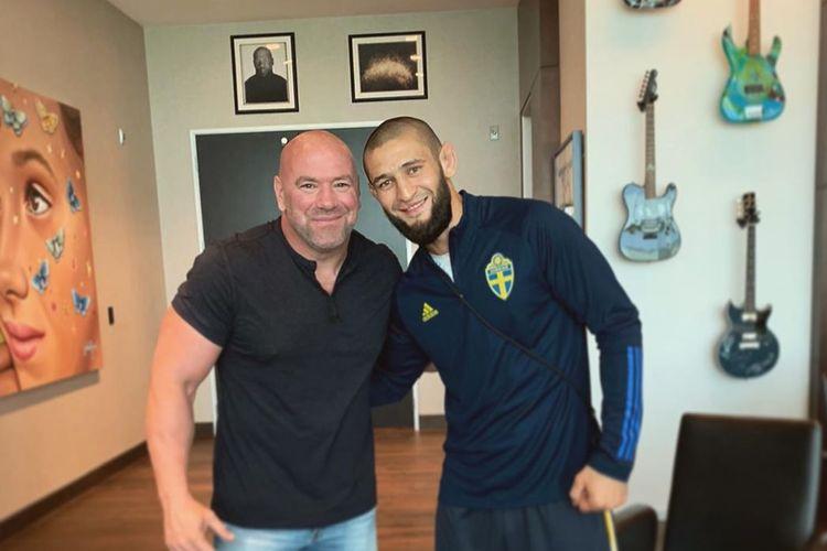 Petarung UFC asal Rusia, Khamzat Chimaev, berpose dengan Presiden UFC, Dana White.