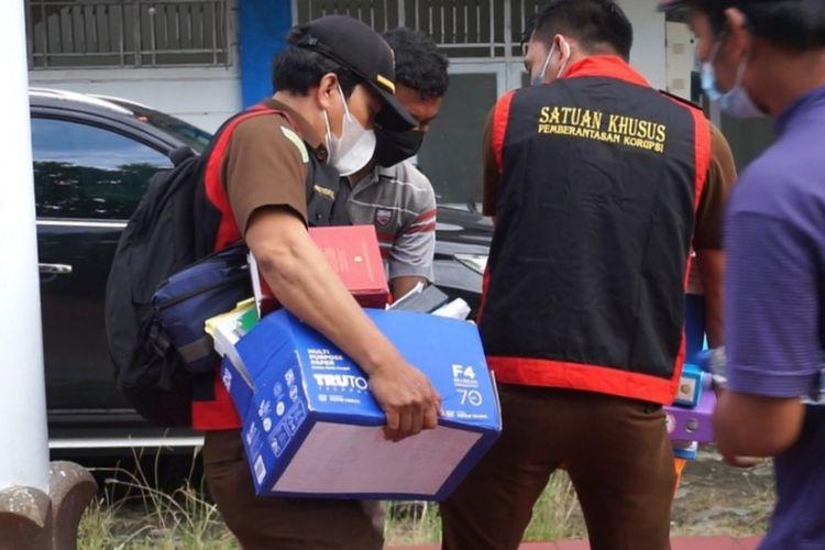 Petugas dari Satuan Pidana Korupsi Kejati Sultra menyita sejumlah dokumen dari kantor ESDM Sultra (Foto Istimewa)