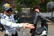 Petugas Dishub Cabut Pentil Ban Motor yang Diparkir Liar di Kejari Jakbar