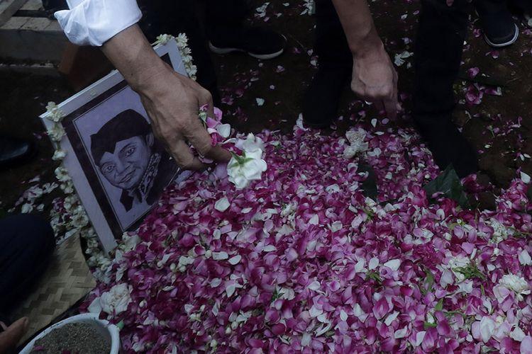 Kerabat menabur bunga di atas pusara almarhum penyanyi campursari Dionisius Prasetyo atau Didi Kempot seusai dimakamkan di Tempat Pemakaman Umum Desa Majasem, Ngawi, Jawa Timur, Selasa (5/5/2020). Didi Kempot meninggal di Solo, Jawa Tengah, pada usia 53 tahun.