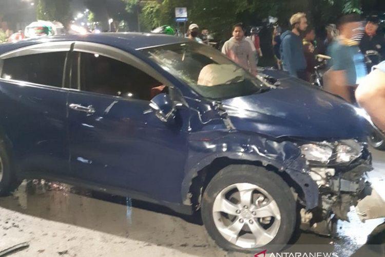 Honda HRV biru tua B 97 ARP yang dikendarai seorang mahasiswi menabrak dua orang hingga tewas dan satu lainnya luka parah di Jalan DI Panjaitan, Jakarta Timur, Rabu (15/7/2020) dini hari.