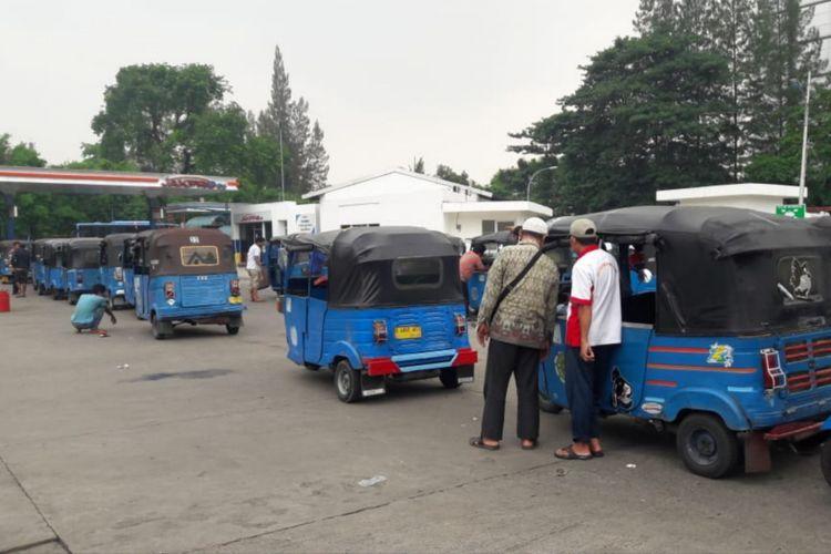 Antrian bajaj yang mengular untuk mendapatkan bahan bakar gas (BBG) di stasiun pengisian bahan bakar gas (SPBG), Jalan Perintis Kemerdekaan, Pulogadung, Jakarta Timur, Jumat (30/11/2018)