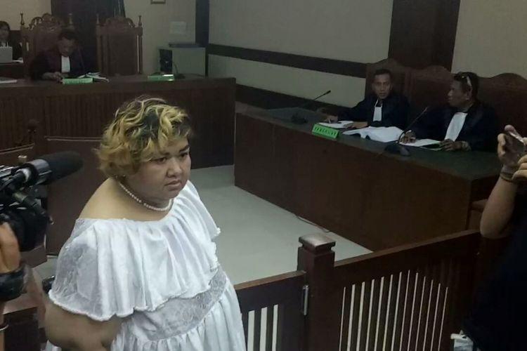 Pretty Asmara saat usai menjalani sidang di Pengadilan Negeri Jakarta Pusat, Senin (18/12/2017).