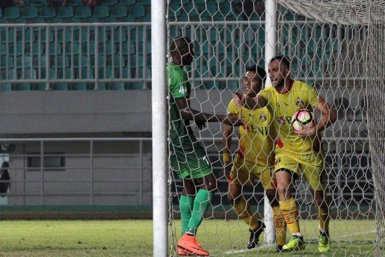 Penyerang Bhayangkara FC, Ilija Spasojevic, merayakan golnya seusai membobol PS TNI pada pertandingan Liga 1 di Stadion Pakansari, Minggu (3/9/2017).