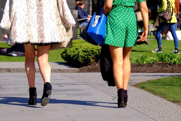 Dua perempuan yang mengenakan rok mini berjalan di sebuah taman. Inggris dan Wales telah mengeluarkan hukum yang mengatur upskirting, tindakan mengintip dan merekam rok wanita tanpa izin, sedangkan di Singapura seorang pria pelaku upskirting dipenjara 2 tahun 3 bulan usai menghasilkan hampir 1.400 video.