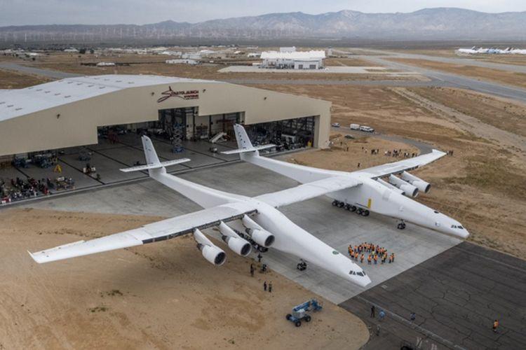 Pesawat Stratolaunch di luar hangarnya di Gurun Mojave, Amerika Serikat.