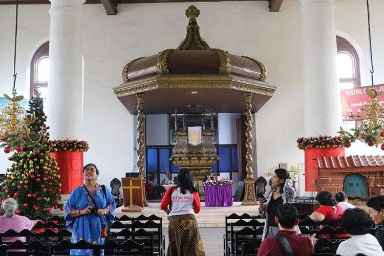 mimbar di Gereja Sion