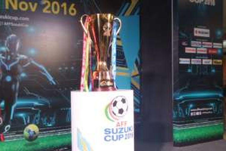 Inilah trofi Piala AFF 2016 yang dipamerkan di kawasan fX Sudirman, Jakarta, 5 November 2016.