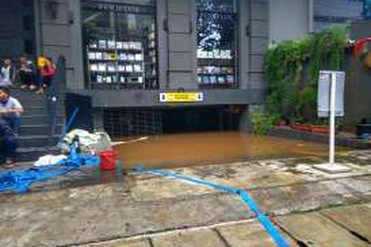 Basement Colony Kemang masih terendam banjir, Minggu (28/8/2016).
