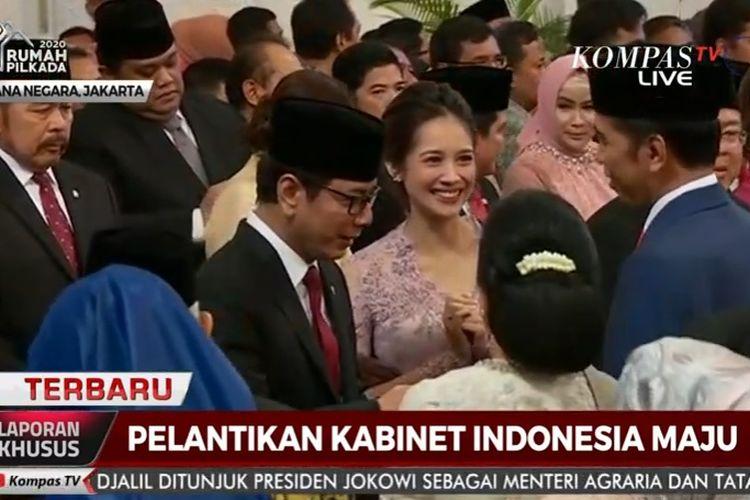 Presiden Joko Widodo dan istri, Iriana memberikan selamat kepada Menteri Pariwisata dan Ekonomi Kreatif Wishnutama beserta istri Gista Putri di Istana Negara, Rabu (23/10/2019).