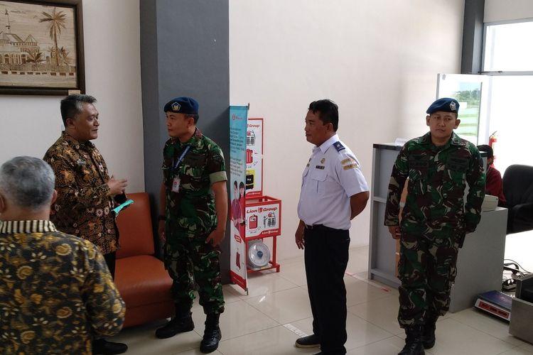 Kepala Dinas Kesehatan Kota Tasikmalaya Uus Sapangat, saat berkoordinasi dengan pihak Bandara Wiriadinata terhadap antisipasi pencegahan penyebaran virus Corona, Selasa (28/1/2020).