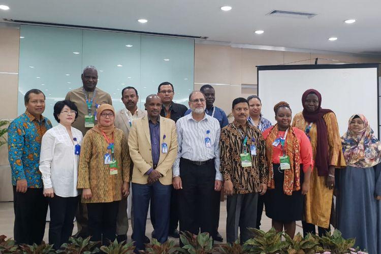 Delegasi negara-negara OKI saat melakukan kunjungan ke PT Bio Farma di Bandung, Jumat (23/11/2018)