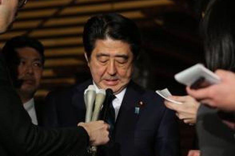 PM Jepang Shinzo Abe. Minggu (25/1/2015) dini hari, memberi pernyataan kepada jurnalis usai memimpin sidang darurat setelah sebuah video yang berisi pernyataan pelaksanaan eksekusi terhadap salah seorang sandera asal negeri itu diunggah ke internet.
