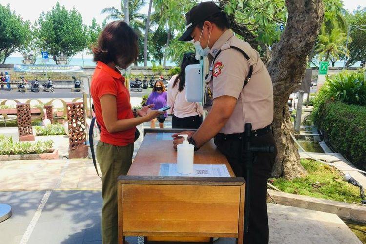 Salah seorang penunjang mall di beachwalk Bali saat melalui proses pemeriksaan oleh petugas di pintu masuk mall.