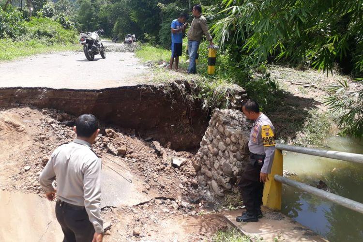 Jembatan menghubungkn desa Wailamung menuju Desa Lewomada di jalan Strategis  Nasional Pantai Utara Flores, Kamis (14/2/2019)