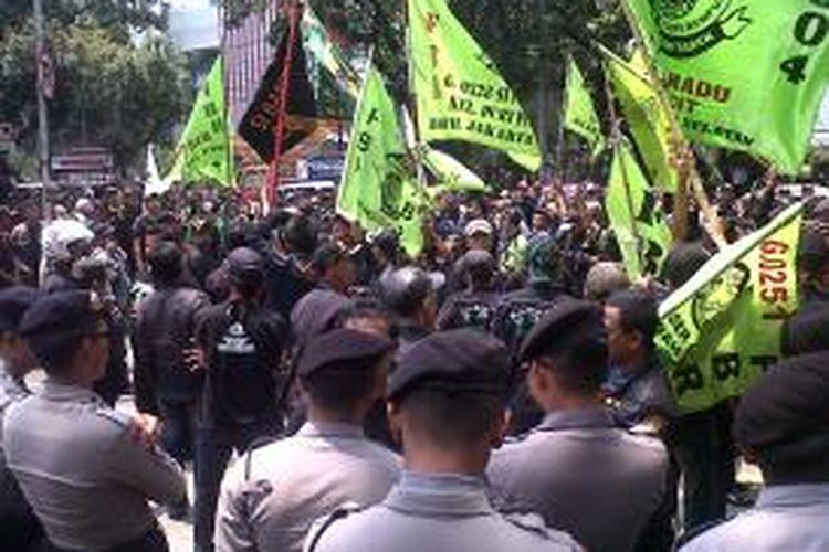 Forum Betawi Rempug (FBR) berunjuk rasa di depan Gedung Dewan Perwakilan Rakyat Daerah (DPRD) DKI Jakarta, Jalan Kebon Sirih, Gambir, Jakarta Pusat, Rabu (1/10/2014)