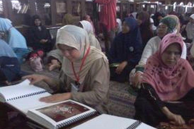Sebanyak 50 perwakilan tunanetra yang mendapatkan Alquran braille gratis dari Lembaga Kemanusiaan Nasional Pos Kemanusiaan Peduli Umat (PKPU), di Masjid Agung At-Tin TMII, Jakarta Timur, Minggu (20/7/2014).