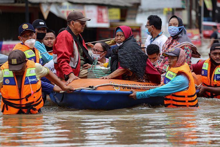 Petugas mengevakuasi warga menggunakan perahu karet saat banjir di Ciledug Indah, Kota Tangerang, Banten, Sabtu (20/2/2021). Banjir setinggi hingga 2 meter tersebut diakibatkan oleh luapan Kali Angke.