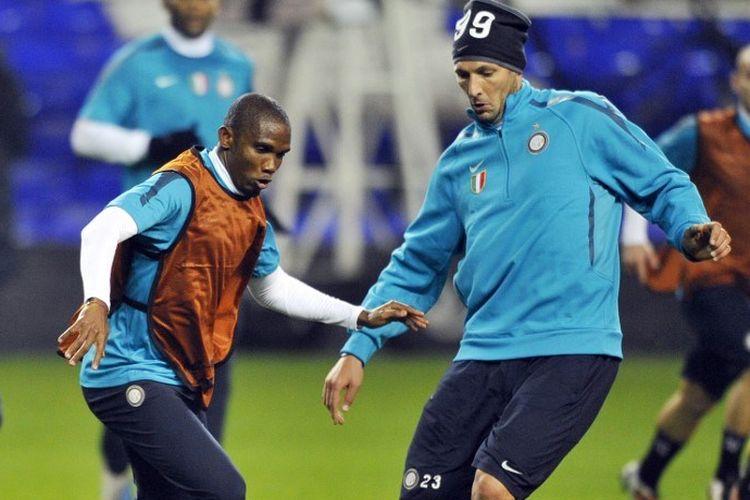 Striker Inter Milan Samuel Eto'o dari Kamerun bersaing dengan bek Italia Marco Materazzi (kanan) selama pelatihan untuk grup Liga Champions UEFA yang akan datang. Pertandingan sepakbola melawan Tottenham Hotspur di White Hart Lane, di London, Inggris, pada 1 November 2010