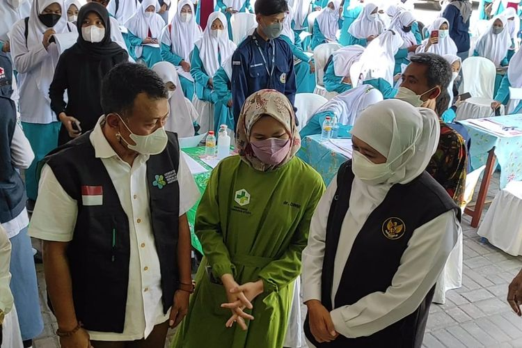 TINJAU—Gubernur Jawa Timur,  Khofifah Indar Parawansa meninjau pelaksanaan vaksinasi Covid-19 pelajar di MAN 2 Ponorogo, Kabupaten Ponorogo, Jawa Timur, Sabtu (4/9/2021