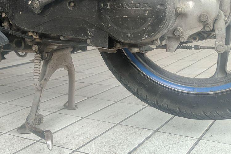 Penggunaan standar tengah lebih disarankan saat kendaraan parkir dalam waktu cukup lama. Hal ini karena standar tengah lebih seimbang dibandingkan dengan standar samping.