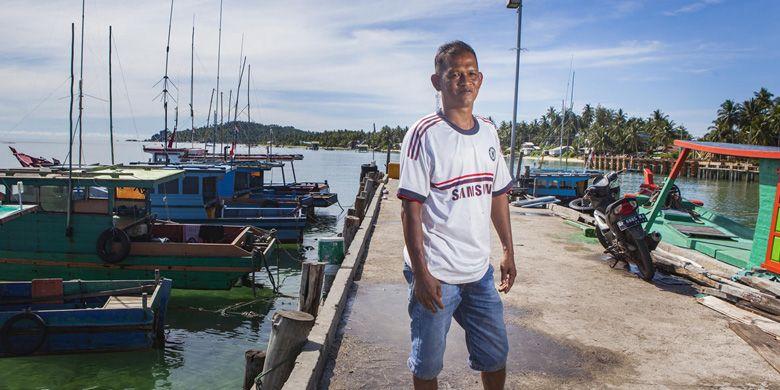 Erduan (42), nelayan tradisional yang juga seorang pengurus Rukun Nelayan Desa Setempat (RNDS) berpose saat difoto di Teluk Baruk, Sepempang, Pulau Natuna, Selasa, 8 Oktober 2019.  RNDS mengelola dana dari pemerintah pusat yang digunakan untuk membangun dermaga baru yang lebih besar di Teluk Baruk.