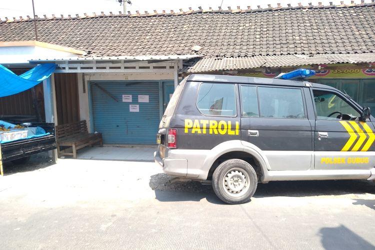 Polisi masih berjaga di toko emas Wisma Cahaya di kompleks pasar Desa Tlogomulyo, Kecamatan Gubug, Kabupaten Grobogan, Jawa Tengah, Senin (16/9/2019).