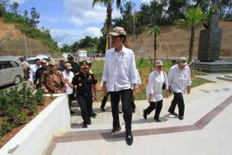 Presiden Republik Indonesia, Joko Widodo didampingi sejumlah menteri kabinet kerja saat meninjau lokasi Pos Lintas Batas Negara (PLBN) Entikong yang diresmikan (21/12/2016)