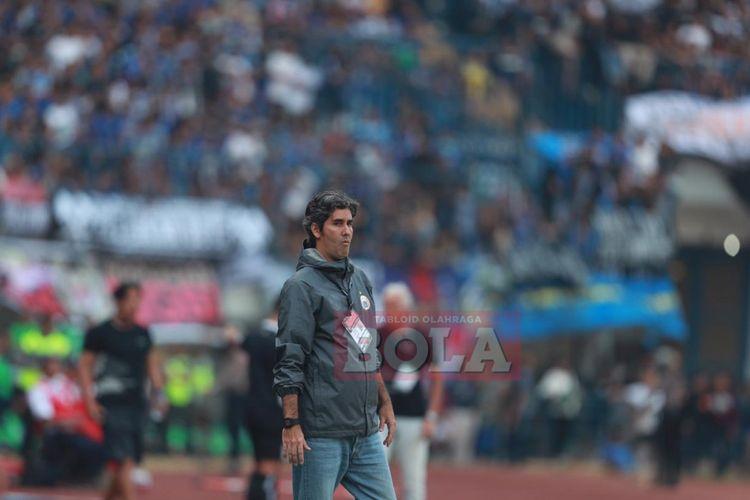 Pelatih Persija, Stefano Cugurra Teco, memimpin timnya saat dikalahkan Persib Bandung dengan skor 2-3 di Stadion Gelora Bandung Lautan Api (GBLA), Bandung, Minggu (23/9/2018).