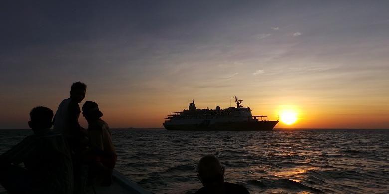 Para wisatawan menikmati momen-momen matahari terbenam setelah snorkeling di Laut Karimunjawa, Jepara, Jawa Tengah, Sabtu (18/7/2015). PT Pelni menawarkan pilihan wisata bahari seperti ke Karimunjawa menggunakan kapal feri.