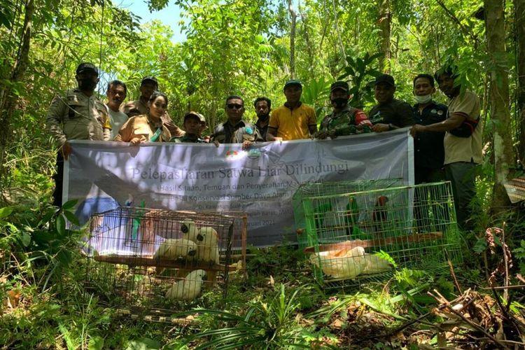 Petugas Badan Konservasi Sumber Daya Alam (BKSDA) Maluku melepasliarkan puluhan satwa liar yang dilindungi di kawasan suaka Alam Tanjung Sial, Kabupaten Seram Bagian Barat, Sabtu (27/2/2021)