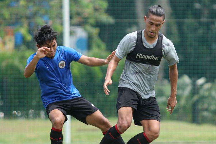 Hanif Sjahbandi (kanan) dalam training center timnas Indonesia, Jakarta, Sabtu (27/2/2021).