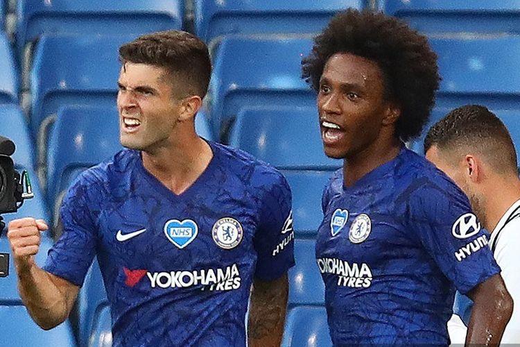 Christian Pulisic (kiri) merayakan golnya bersama Willian Borges (kanan) pada laga Chelsea vs Man City di Stadion Stamford Bridge dalam lanjutan pekan ke-31 Premier League, kasta teratas Liga Inggris, Kamis (25 Juni 2020).