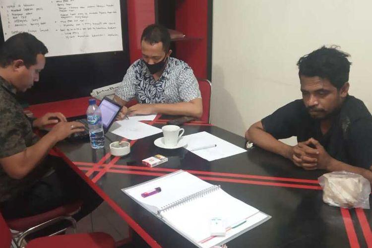 Muhamad Syahrul Wadjo (berbaju hitam) korban penculikan orang tak dikenal sementara diminta leterangan ya oleh penyidik Polresta Pulau Ambon dan Pulau_Pulau Lease, Kamis (3/9/2020)
