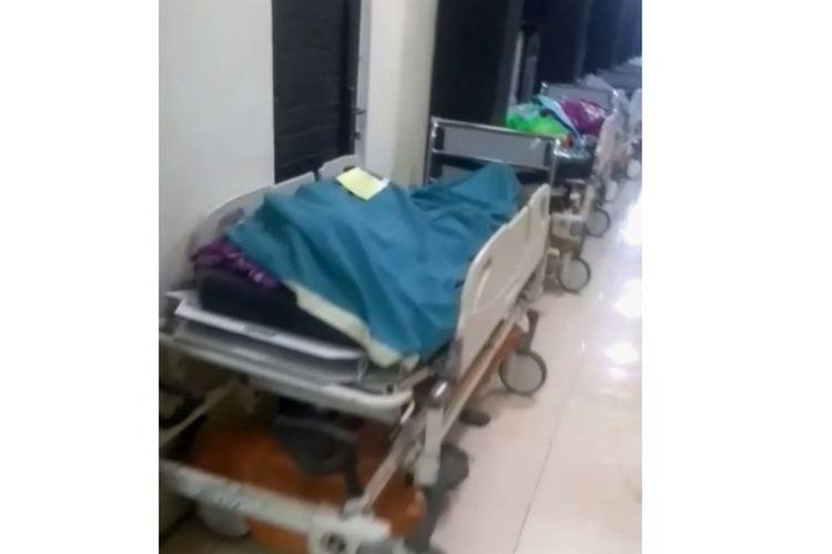 Tangkapan layar video antrean pemulasaraan jenazah pasien Covid-19 yang viral di Kabupaten Jombang, Jawa Timur, Selasa (6/7/2021).