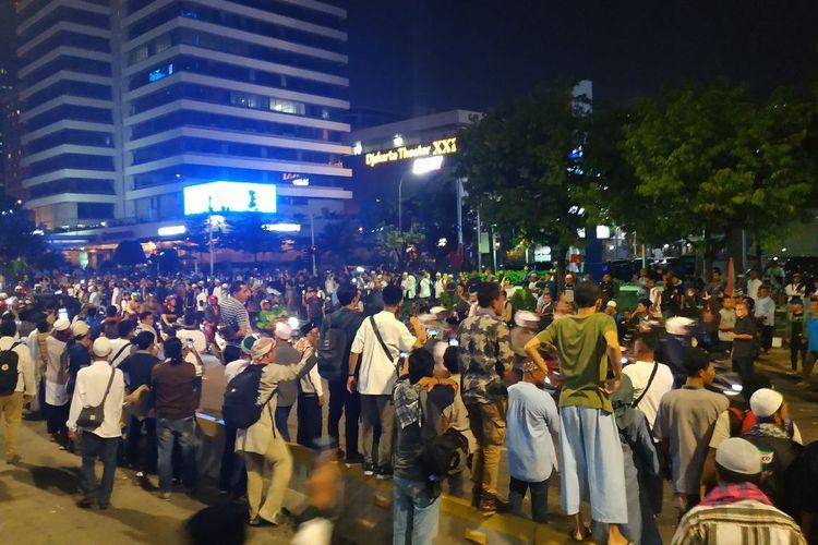 Sejumlah orang yang merupakan bagian peserta aksi unjuk rasa di depan kantor Bawaslu masih bertahan di depan Sarinah, Jakarta Pusat, Selasa (21/5/2019) malam, meski demontrasi rasa telah bubar. Mereka sempat memprovokasi polisi dengan melancarkan sorakan dan teriakan.