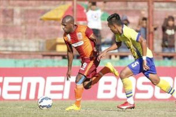 Penyerang Pusamania Borneo FC, Boaz Solossa (kiri), tampil memukau pada laga kontra Gresik United, Jumat (4/9/2015).
