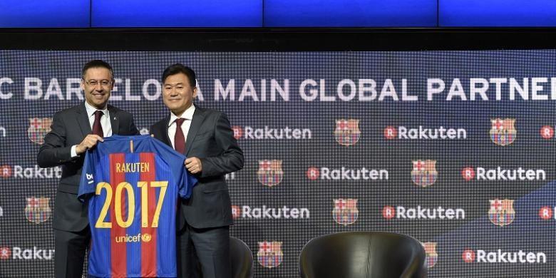 Presiden FC Barcelona, Josep Maria Bartomeu (kiri), berpose dengan CEO Rakuten, Hiroshi Mikitani, di Stadion Camp Nou, Rabu (16/11/2016).