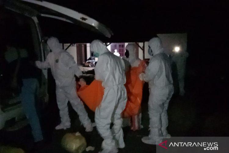 Petugas membawa dua jenazah ibu dan anak ke RSUP Kepri.