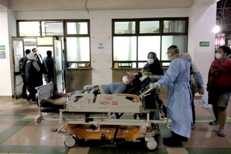 Petugas medis saat mengantarkan salah seorang pasien ke ruang Instalasi Gawat Darurat di Rumah Sakit Hasan Sadikin (RSHS) Kota Bandung. Aktivitas masyarakat selama libur lebaran, memicu kenaikan kasus Covid-19 di Jawa Barat.