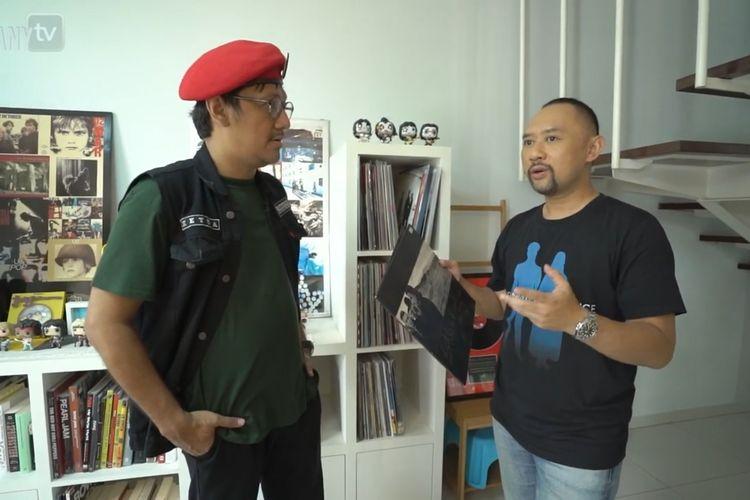 Ronald Surapradja menunjukkan album piringan hitam yang ditandatangani Bono kepada Andre Taulany (bidikan layar YouTube Taulany TV)