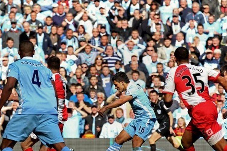 Penyerang Manchester City, Sergio Aguero, mencetak gol ke gawang QPR pada laga pekan ke-38 Premier League di Etihad Stadium, Minggu (13/5/2012).