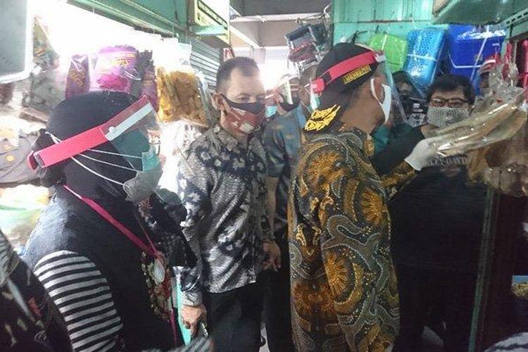 Wali Kota Surabaya Tri Rismaharini mendampingi Menteri Koordinator Bidang Pembangunan Manusia dan Kebudayaan (PMK), Muhadjir Effendy sidak ke Pasar Genteng Surabaya, Kamis (25/6/2020).