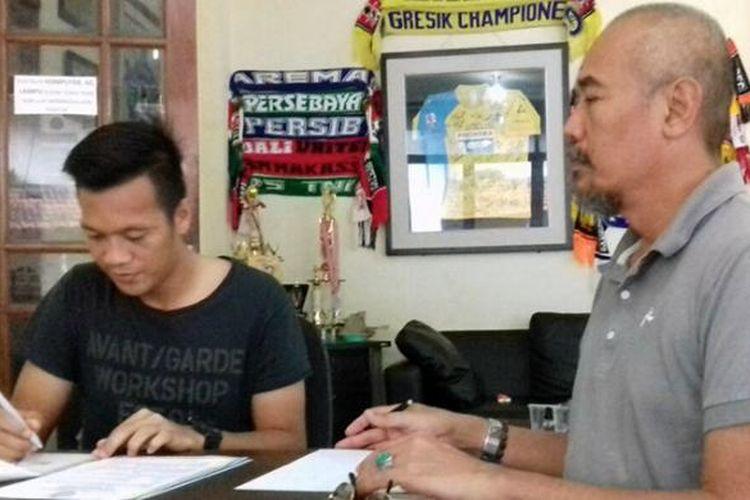 Jeki Arisandi (kiri) saat melakukan penandatanganan kontrak di depan perwakilan manajemen Persegres, Selasa (17/1/2017).