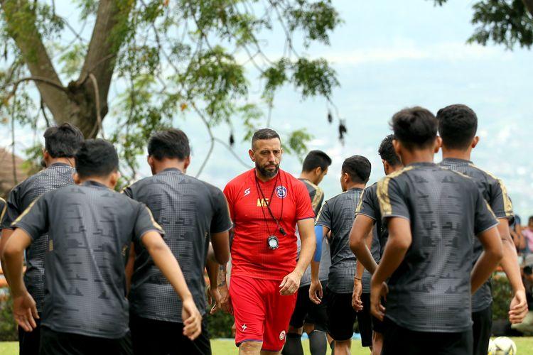 Pelatih fisik Arema FC, Marcos Gonzalez memimpin latihan fisik tim saat Training Center (TC) hart pertama di Kota Batu, Jawa Timur, Minngu (19/01/2020) sore.