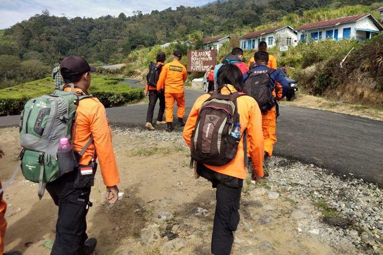Tim SAR gabungan menyisir jalur pendakian Kampung VI gunung Dempo kota Pagaralam, Sumatera Selatan untuk mencari keberadaan dua pendaki asal Jambi yang hilang sejak satu pekan lalu, Kamis (24/10/2019).