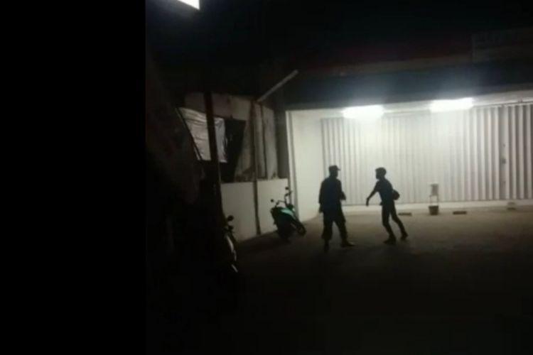 Tangkapan layar perkelahian antara pemuda desa dengan anggota TNI di Pasongsongan Sumenep pada (10/8/2021). Pemuda dalam video itu dalam keadaan mabuk dan sudah minta maaf usai peristiwa.