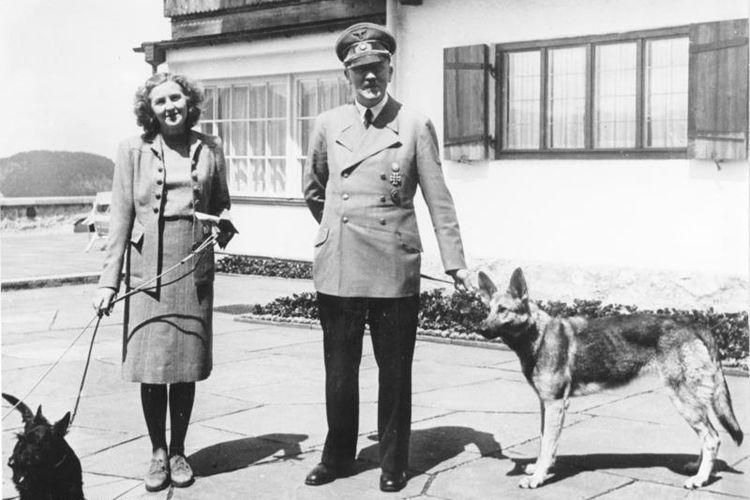 Dalam foto yang diambil pada 1942 ini terlihat Adolf Hitler bersama kekasihnya, Eva Braun. Keduanya kemudian menikah pada 29 April 1945 sebelum bunuh diri bersama sehari setelahnya.